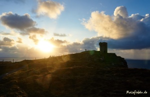 irland westkueste cliffs of moher wanderweg sonnenuntergang wachturm