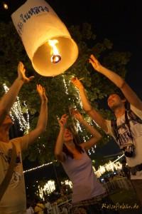 bangkok thai koenig geburtstag himmelslaterne