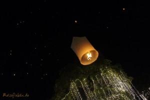 bangkok thai koenig geburtstag himmelslaterne steigt