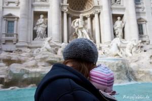 rom mit baby trevi brunnen tragetuch